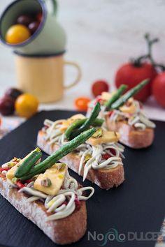 Canapés fáciles para invitados - Easy appetizers for guests - Pan, gulas, pimiento, queso de oveja y pistachos - Bread, eel, peppers, sheep cheese and pistachios