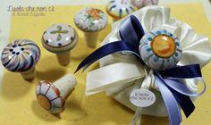 tappo per bottiglia con inserto in ceramica: bomboniera utile per matrimonio. Decorato all'Isola che non c'è