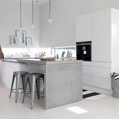 Vi er vilde med køkkenet hos @ingerliselille ✔️ med rene, enkle linjer og et touch af råt og industrielt.