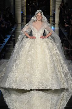 Les robes de mariée haute couture de la Fashion Week à Paris printemps-été 2016 http://www.vogue.fr/mariage/tendances/diaporama/les-robes-de-marie-haute-couture-de-la-fashion-week-paris-printemps-t-2016/25111#les-robes-de-marie-haute-couture-de-la-fashion-week-paris-printemps-t-2016-9
