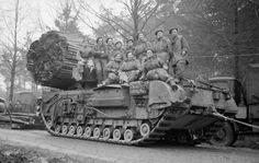 Overloon: Britse soldaten op een Churchilltank met 'fascine'.