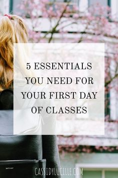 5 things you need for your first day of classes at college. Here's the 5 essentials you need for a successful and organized first day! College Backpack Organization, School Backpack Essentials, College Dorm Essentials, College Checklist, College Hacks, Girl College Dorms, First Day Of College, Highschool Freshman, First Day Of Class