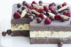 Last-minute yet absolutely divine Christmas dessert. This choc-honeycomb ice-cream cake is a great one to serve. Ice Cream Desserts, Frozen Desserts, Easy Desserts, Delicious Desserts, Summer Desserts, Frozen Treats, Christmas Desserts Easy, Christmas Cooking, Christmas Cakes