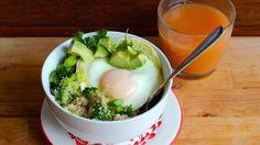 Una de las comidas a la que le pongo énfasis especial es al desayuno. Hoy les tengo una deliciosa receta para comenzar el día, de manera rica y sustancia: un bowl de quinua de vegetales con huevo.  Para aquellas que no la conozcan, la quinua es una semilla originaria de los Andes. Los incas la consideraban un grano sagrado. Es una planta fuerte que puede prosperar en condiciones adversas. Ha sido cultivada desde hace unos 5,000 años en el territorio andino que hoy ocupan Argentina, Perú…