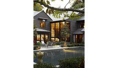 Derrière la façade de cette résidence noyée dans la verdure, Kelly Wearstler a imaginé un intérieur précieux comme un écrin XXL. Marbres, ors et laque noire sont les matières premières de ce cocon ultrasophistiqué.