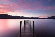 Les reflets du coucher de soleil sur les eaux calmes du Derwentwater, dans le Parc national du Lake District:   15 paysages éclatants de couleurs comme seule la Grande-Bretagne sait en offrir