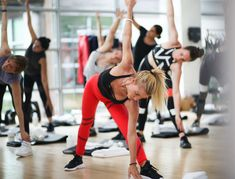 Oct 2017 - Free Class Day: How to Reshape Your Body: Fitness trainer Tracy Anderson teaches her signature five-minute arm workout. Learn how to strengthen and tone your arms while working your entire body. Tracy Anderson Workout, Tracy Anderson Diet, At Home Total Body Workout, Best Kettlebell Exercises, Kettlebell Cardio, Kettlebell Training, Circuit Training, Strength Training, Fitness Studio