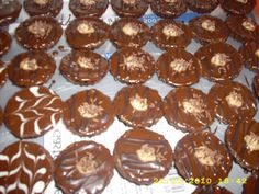Plnené orechové košíčky | recepty pečenie | koláče, zákusky, torty | najpečenie.sk Holidays And Events, Doughnuts, Muffins, Cupcakes, Breakfast, Advent, Muffin, Cupcake, Morning Breakfast