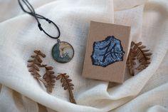 Taidekoru #kettu 26€ Käsinmaalattu taidekoru. Maalattu vesiväreillä mustekynää apuna käyttäen. Täysin vesitiivis http://www.salonsydan.fi/tuote/taidekoru-kettu/