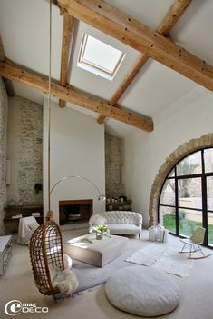 Large living under a high wooden frame with decoration in white and mottled and vintage furniture. [from Emag DECO]