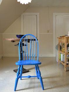Para la mesedora de la terraza o las sillas de Arie. DIY: Old Chair Quick Fix with cobalt blue paint!