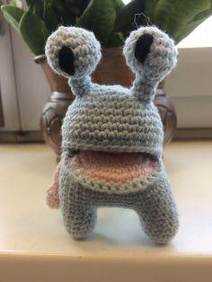 Das liebevolle gehäkelte Monster Amore Monstro ist mehr als nur ein Spielzeug, er ist auch ein Bewahrer für Schätze und viel Liebe. Dinosaur Stuffed Animal, Toys, Monster, Animals, Etsy Shop, Amigurumi, Crochet Stuffed Animals, Wrapping Gifts, Craft Gifts