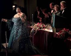 Aretha Franklin with President and Mrs. Clinton behind her
