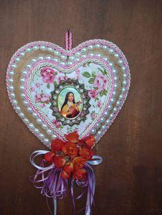 Coração em madeira com detalhes em perola, flores,tecido e medalha de santo