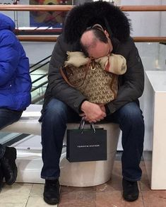 These photos of miserable men waiting for their wives and girlfriends to finish shopping are hilarious. Shopping Meme, Shopping Day, Freebies By Mail, Free Stuff By Mail, Husband Humor, Healthy People 2020, Sports Women, Funny Photos, How To Fall Asleep