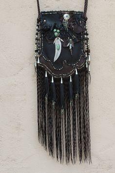 Leather handmade bags by Carole Hook - L' univers de Vanessa D Hippie Style, Mode Hippie, Mode Boho, Hippie Boho, My Style, Hippie Purse, Leather Fringe, Leather Pouch, Leather Purses
