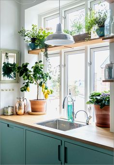 50 Beautiful Farmhouse Kitchen Sink Design Ideas And Decor. If you are looking for [keyword], You come to the right place. Below are the 50 Beautiful Farmhouse Kitchen Sink Design Ideas And Decor. Kitchen Interior, New Kitchen, Green Kitchen, Kitchen Ideas, Danish Kitchen, Cozy Kitchen, Kitchen Tables, Interior Plants, Tropical Kitchen