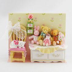 テーブル上にはクマさんやウサギさんなどのぬいぐるみが。 椅子の上には白ネコさんが…。そんな女の子のお部屋のような 小物たちが可愛いドールハウス風マグネットセット ぬいぐるみです。