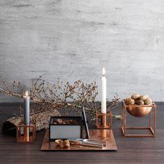 Architektonischer Kerzenhalter der dänischen Handwerkskunst - Die aus lackiertem bzw. kupferbeschichtetem Stahl gefertigten zeitlosen Kerzenhalter von by Lassen eignen sich ideal auf dem Esstisch, Couchtisch, Beistelltisch und auf jedem Sideboard.