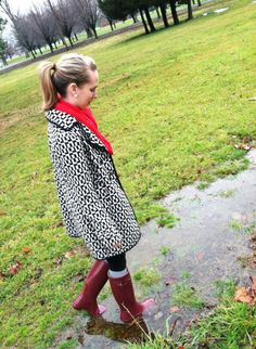 Bad news first: The past several days have been gloomy and rainy and I've spent them studying for and taking exams. The good news is that I FINALLY had an excuse to wear my Hunter rain boots … Red Hunter Boots, Hunter Rain Boots, Red Boots, Hunter Outfit, Rainy Day Fashion, Boots And Leggings, Hunting Clothes, Rain Wear, Houndstooth