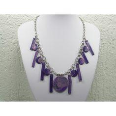Schakel ketting met diverse handgemaakte paarse hangers. Door de variatie geeft dit een speels effect.