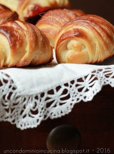 Katmer poğaça ... è il nome di questi piccoli pani turchi. Chiarisco subito che questo è un vero pane e non un croissant. D'acc...