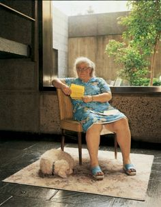 Duane Hanson, Woman with Dog, 1977    Duane Hanson was an American artist based in South Florida but born in Minnesota, a sculptor known for his lifecast realistic works of people, cast in various materials, including polyester resin, fiberglass, Bondo, or bronze