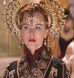 MOULAN ROUGE (Moullin Rouge (1950), es una novela de Pierre La Mure. La actriz Nicole Kidman en un diseño de Catherine Martín y Angus Strathi
