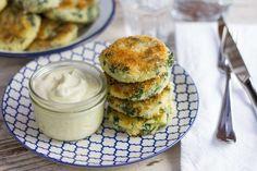Recept voor spinazie-aardappel koekjes voor 4 personen. Met zout, olijfolie, peper, aardappel, verse spinazie, yoghurt, ei, paneermeel, knoflook, parmezaanse kaas en kerriepoeder