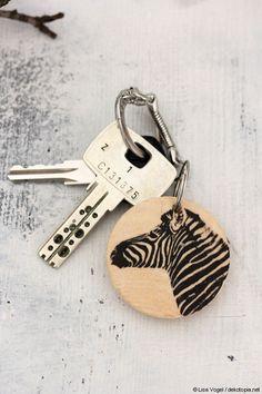 Mit wenigen Zutaten können Schlüsselanhänger mit eigenen Motiven selbst kreiert werden. Und auch hier ist es ein leichtes, Fotografien in den Blickpunkt zu rücken... #DIY #selbstgemacht
