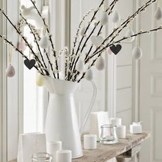 Easter is a colorful spring celebration but what if you like calmer colors and no excessive décor? Decorate your home in minimalist style for Easter! Easter Games, Candles Online, Easter Tree, Easter Décor, Deco Originale, The White Company, Easter Party, 12 Days Of Christmas, Minimalist Decor