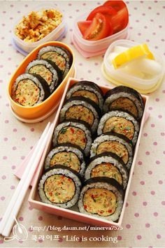 아주 간단한 참치달걀말이김밥 – 레시피 | Daum 요리 Bento, Korean Street Food, Korean Food, Sushi, Good Food, Yummy Food, Easy Meals For Kids, Partys, Food Menu