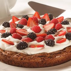 Summer Berry Brownie Torte - Dress up these rich and gooey brownies with a whipped cream filling, plenty of juicy berries and a drizzle of chocolate sauce. You'll love the ooh's and aah's (not to mention the dessert! Just Desserts, Delicious Desserts, Dessert Recipes, Frosting Recipes, Dessert Ideas, Yummy Treats, Sweet Treats, Torte Recipe, Crust Recipe