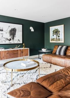 dark green walls contrast warm brown leather furniture and make the living room … &; Tisch ideen dark green walls contrast warm brown leather furniture and make the living room … &; Tiny Living Rooms, Design Living Room, Living Room Color Schemes, Living Room Green, Living Room Paint, New Living Room, Living Room Sofa, Living Room Interior, Living Room Decor