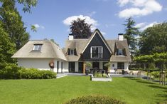 White villa with thatched roof and wooden parts Blaricum, Netherlands Thatched House, Thatched Roof, Villa Design, House Design, Traditional Home Exteriors, Different House Styles, Transitional House, House Roof, House And Home Magazine