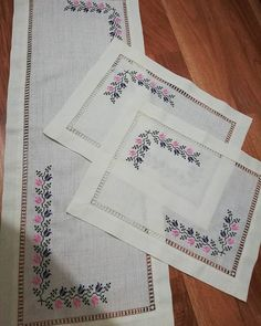 Fotoğraf açıklaması yok. Cross Stitch Borders, Cross Stitch Designs, Cross Stitch Patterns, Cross Stitch Beginner, Crewel Embroidery, Bargello, Blackwork, Table Runners, Elsa