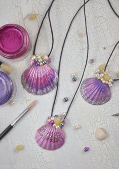 Meerjungfrauen Kette - little. - Meerjungfrauen Kette – little. Sommerbasteln mit Kindern: vor allem Mädchen w - Beach Crafts, Summer Crafts, Diy And Crafts, Arts And Crafts, Simple Crafts, Creative Crafts, Yarn Crafts, Wood Crafts, Seashell Crafts Kids