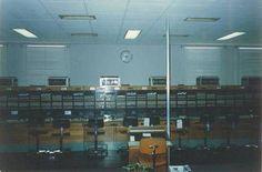 No 6º andar do prédio da Avenida Washington Luiz, as centrais 102, 103 e 104, usando mobiliário transferido da central 2 por volta de 1972. As cadeiras são mais recentes. O serviço telefônico  no modelo passo-a-passo, com equipamentos ingleses mesclados com aparelhos estadunidenses (AE/ATE), seria pouco depois substituído pelas Centrais por Programa Armazenado (CPAs) modelo Tropico/RA