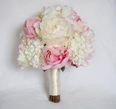 Diese Pfingstrose und Hortensie Hochzeit Bouquet ist romantisch und elegant. Weiche Elfenbein und rosa Seide Pfingstrosen sind mit Elfenbein