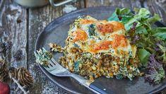 Få mere grønt på gaflen med en lækker vegetarlasagne fyldt med grønne linser, spinat og pesto. Her får du opskriften på spinat-lasagne med pesto og linser Pesto, Spanakopita, Hummus, Quiche, Cauliflower, Protein, Vegan, Vegetables, Breakfast