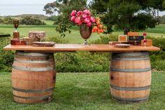 Buffettisch aus zwei Weinfässern und Holzbrett gemacht