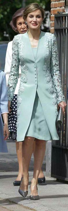 La Reina Letizia de Felipe Varela,  un traje dos piezas con vestido y abrigos en color aguamarina con detalles en guipur en las mangas y laterales. 17.05.2017