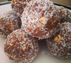 Ripped Recipes - Peanut Butter and Chocolate Protein Balls - Do you like Peanut Butter? Do you like Chocolate? How about some Peanut Butter and Chocolate Protein Crack Balls then? Here's how to get your fix with 6 ingredients and a tablespoon Protein Snacks, Protein Bites, Protein Bread, Chocolate Protein Balls, Chocolate Truffles, Vegan Chocolate, Ripped Recipes, Snack Recipes, Dessert Recipes