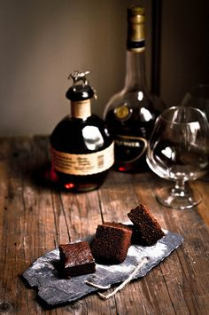Chocolate and Pistachio cake with a glass of whisky or cognac | fsk