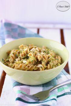 pasta integrale con zucchine, feta e mandorle