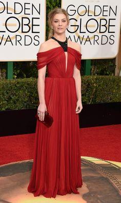 La actriz de 'Juego de Tronos', Natalie Dormer, con vestido plisado en rojo y escote halter con detalle negro de J. Mendel.