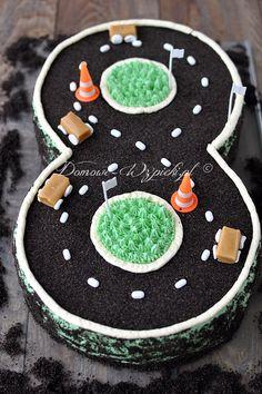 Tort w kształcie trasy rajdowej, a jednocześnie cyfry 8. Będzie doskonałym tortem urodzinowym zarówno dla miłośnika aut i wyścigów samochodowych,...