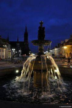Fontanna na Rynku Kościuszki nocą.