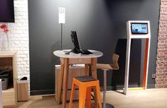 Orange. Totem realizado en madera lacada. Desk, Marketing, Furniture, Home Decor, Flooring, House Decorations, Wood, Blue Prints, Desktop