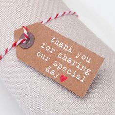 Deze set van 10 kaartjes met het opschrift - Thank you for sharing our special day - kan je gebruiken om aan de bedankjes te hangen of om als naamkaartje te gebruiken.